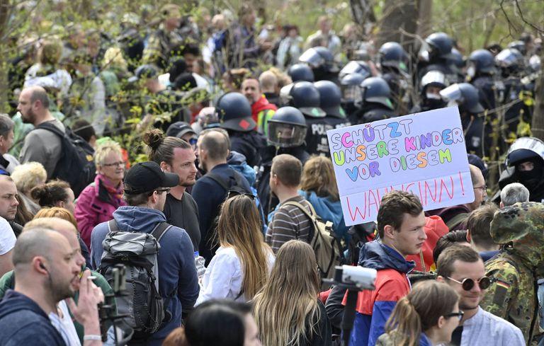 """Se lee un cartel que lleva escrito """"protejan a nuestro niños de esta locura"""" en medio de las demostraciones en contra de la nueva ley de emergencia contra el coronavirus propuesta por Ángela Merkel. Las escuelas en las zonas más afectadas volverán a la virtualidad."""