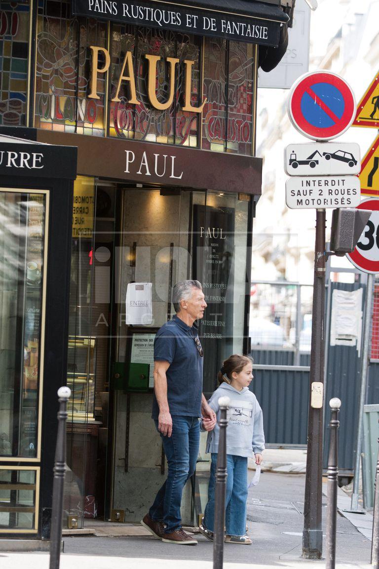 Mediodía del domingo. Padre e hija salen a buscar dulces y paran en la patisserie Paul, fundada en 1889. Como estaba cerrado, volvieron al hotel con las manos vacías.
