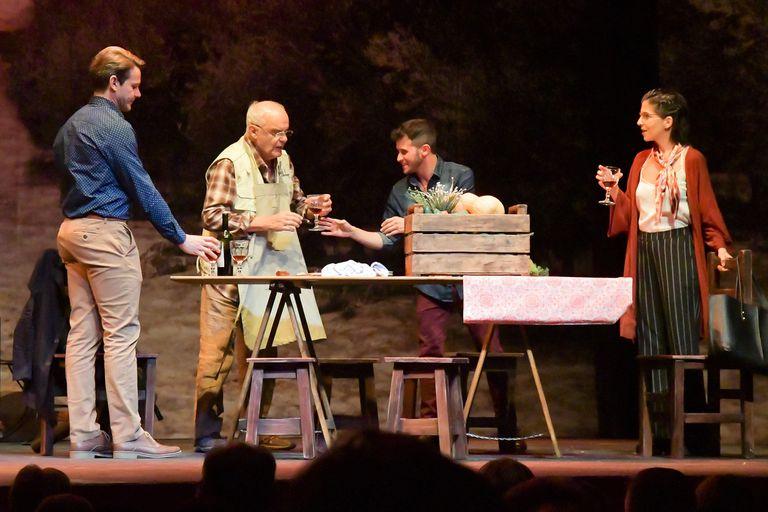 Juan Leyrado coescribió y protagoniza esta comedia en la que la vida tranquila de un productor de aceite de oliva da un giro completamente inesperado