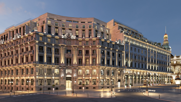 La imponente fachada del Four Seasons en Madrid que alberga, además, al Centro Canalejas