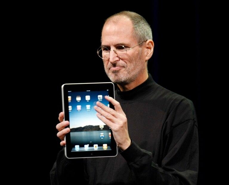 Steve Jobs y una tableta iPad