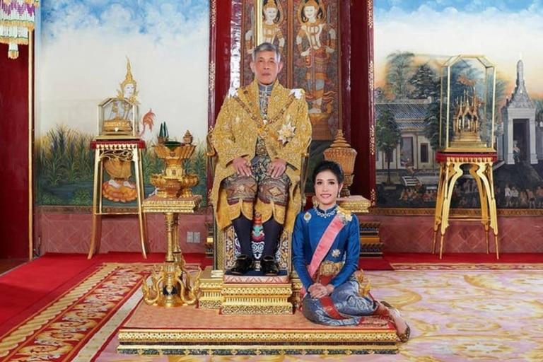 El rey de Tailandia, casado en 2019, estaría planeando coronar a su amante oficial como reina