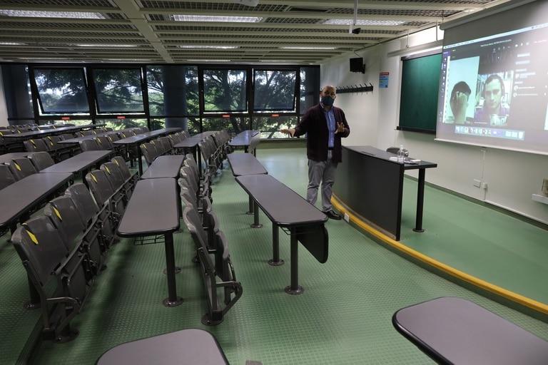 Preparativos en la UADE para dictar clases híbridas: con chicos presentes en el aula y, a la vez, otros conectados por Zoom