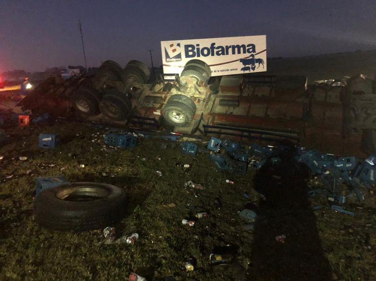 Los tres vehículos volcaron sobre el asfalto
