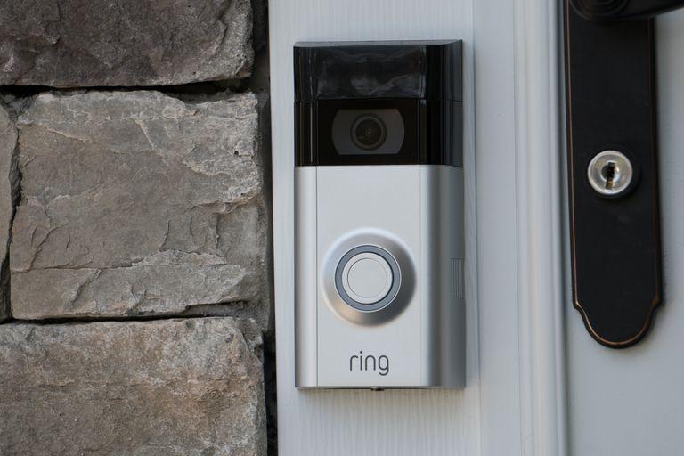 Uno de los modelos de cámaras Ring, que permiten saber quién toca el timbre desde cualquier parte del mundo