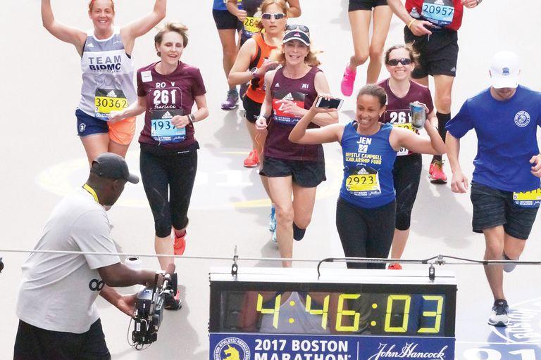 En 2017, Switzer (en el centro de la imagen) volvió a correr la maratón de Bostón, 50 años después de la que marcó su vida