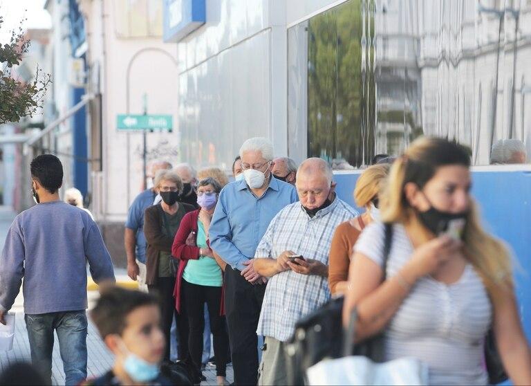 En el centro de Ensenada, personas mayores hacen fila para realizar trámites del PAMI
