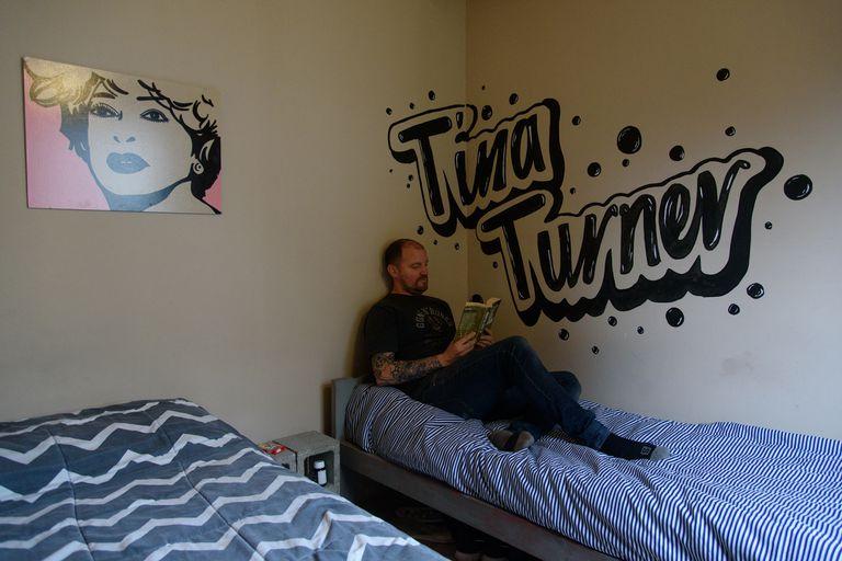 La habitación, con detalles típicos de un hostel. Sin turistas, esos establecimientos de Bariloche ahora se ofrecen como vivienda