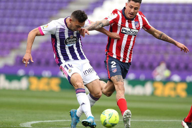 Oscar Plano del Real Valladolid anota el primer gol de su equipo bajo la presión de José Giménez del Atlético de Madrid durante el partido ante Atlético de Madrid
