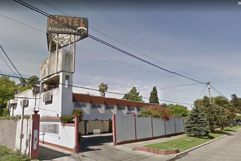 Fuentes de la investigación explicaron que el sábado, tras recibir un llamado al 911, el personal policial ingresó en el Hotel Susurros, situado en Humaitá 2173.