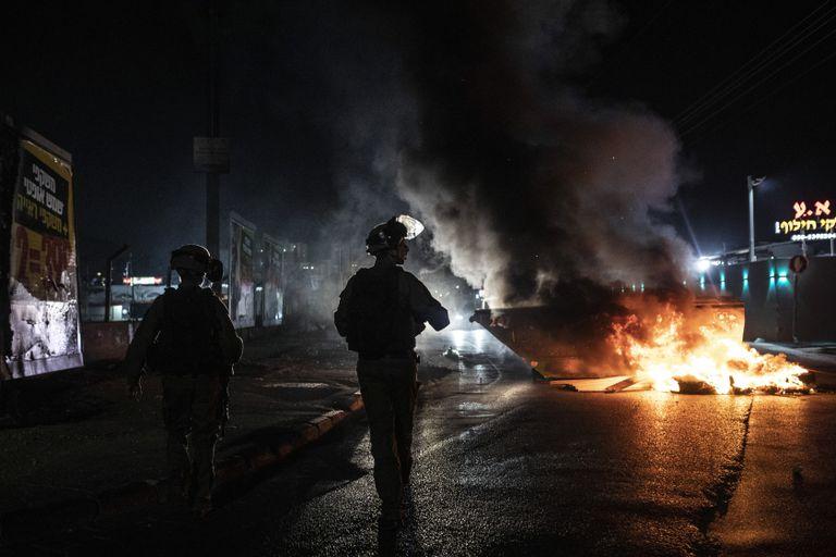 Agentes israelíes patrullan durante enfrentamientos entre árabes, policías y judíos, en la localidad de Lod, en el centro de Israel, el 12 de mayo de 2021. (AP Foto/Heidi Levine)