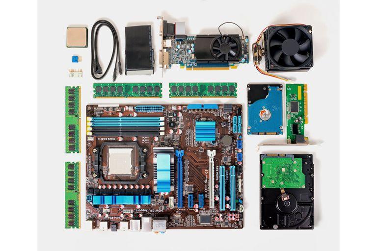 Componentes de una computadora personal; ninguno puede repararse individualmente, pero el concepto es modular y cada parte se cambia rápida y fácilmente