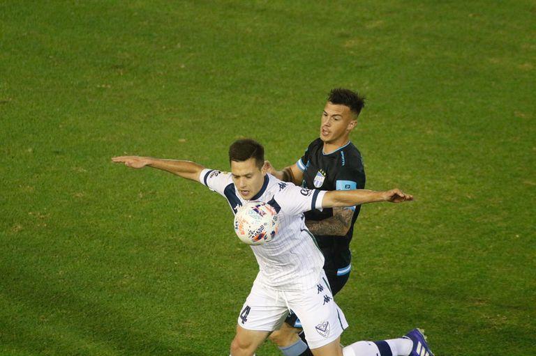 Tomás Guidara, lateral derecho de Vélez, aguanta la pelota ante la marca de Augusto Lotti, delantero de Atlético de Tucumán