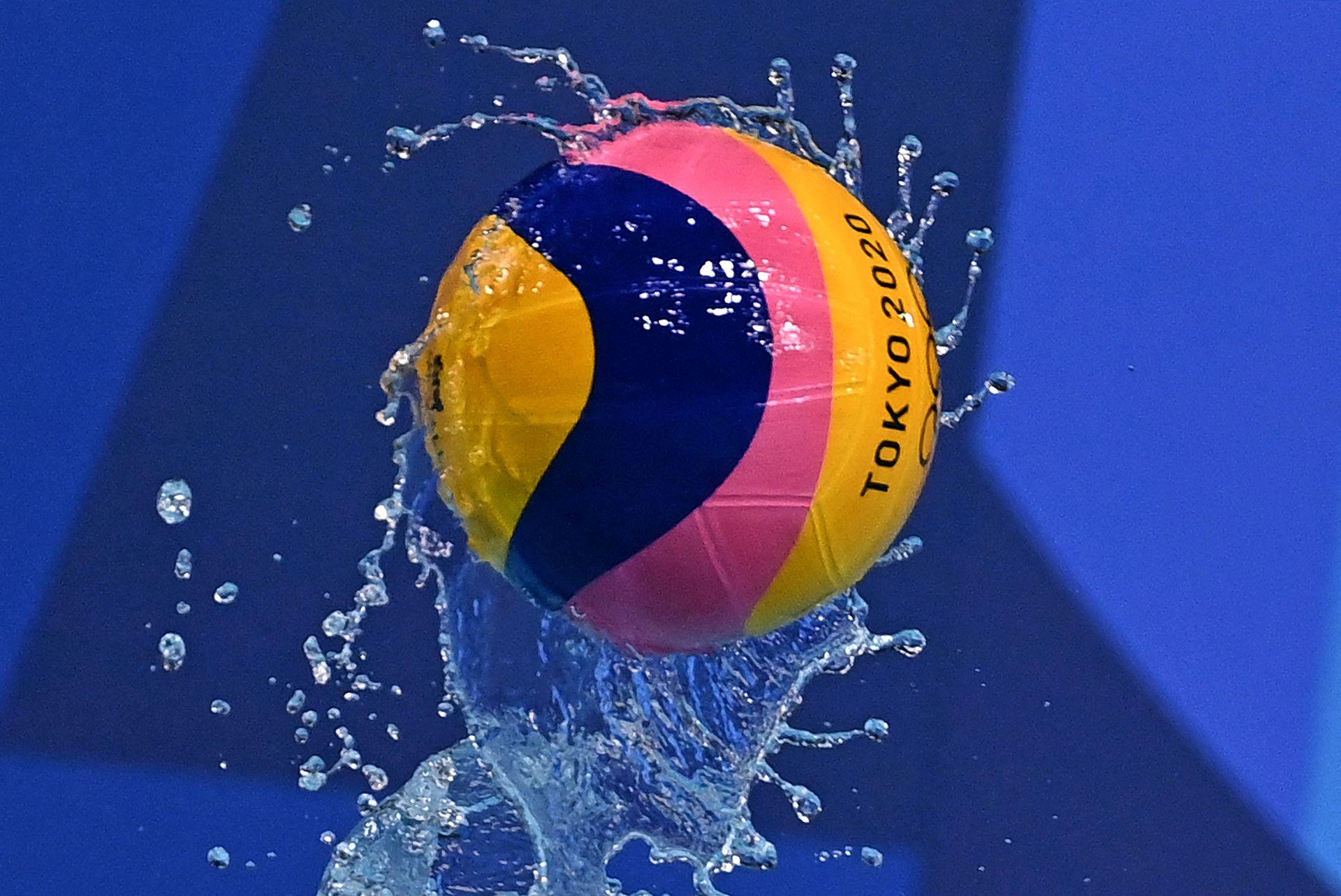 La pelota vuela, durante el partido de cuartos de final de waterpolo masculino entre Estados Unidos y España