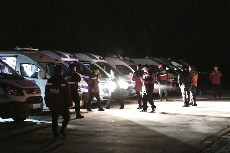 Personal de emergencia y vehículos esperan en el sitio turístico Yellow River Stone Forest en la provincia de Gansu