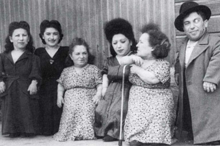 De izquierda a derecha: Elizabeth, Perla, Rozika, Frieda, Franziska y Avram
