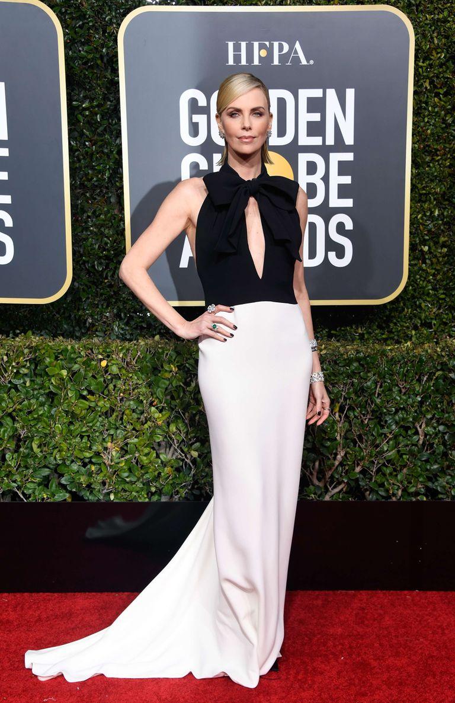 Siempre elegante, Charlize Theron eligió un vestido bicolor de Dior Haute Couture