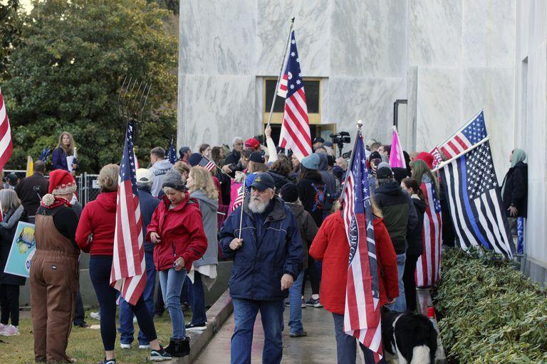 Fotografía de archivo del 21 de diciembre de 2020 de manifestantes a favor de Donald Trump y en contra del uso de la mascarilla durante una protesta afuera del Capitolio estatal de Oregon mientras legisladores se reúnen para una sesión de emergencia en Salem, Oregon. (AP Foto/Andrew Selsky, Archivo)