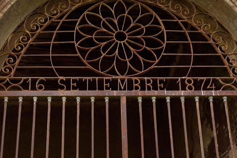 Las rejas que decoraban el frente de La Chica con la fecha de fundación