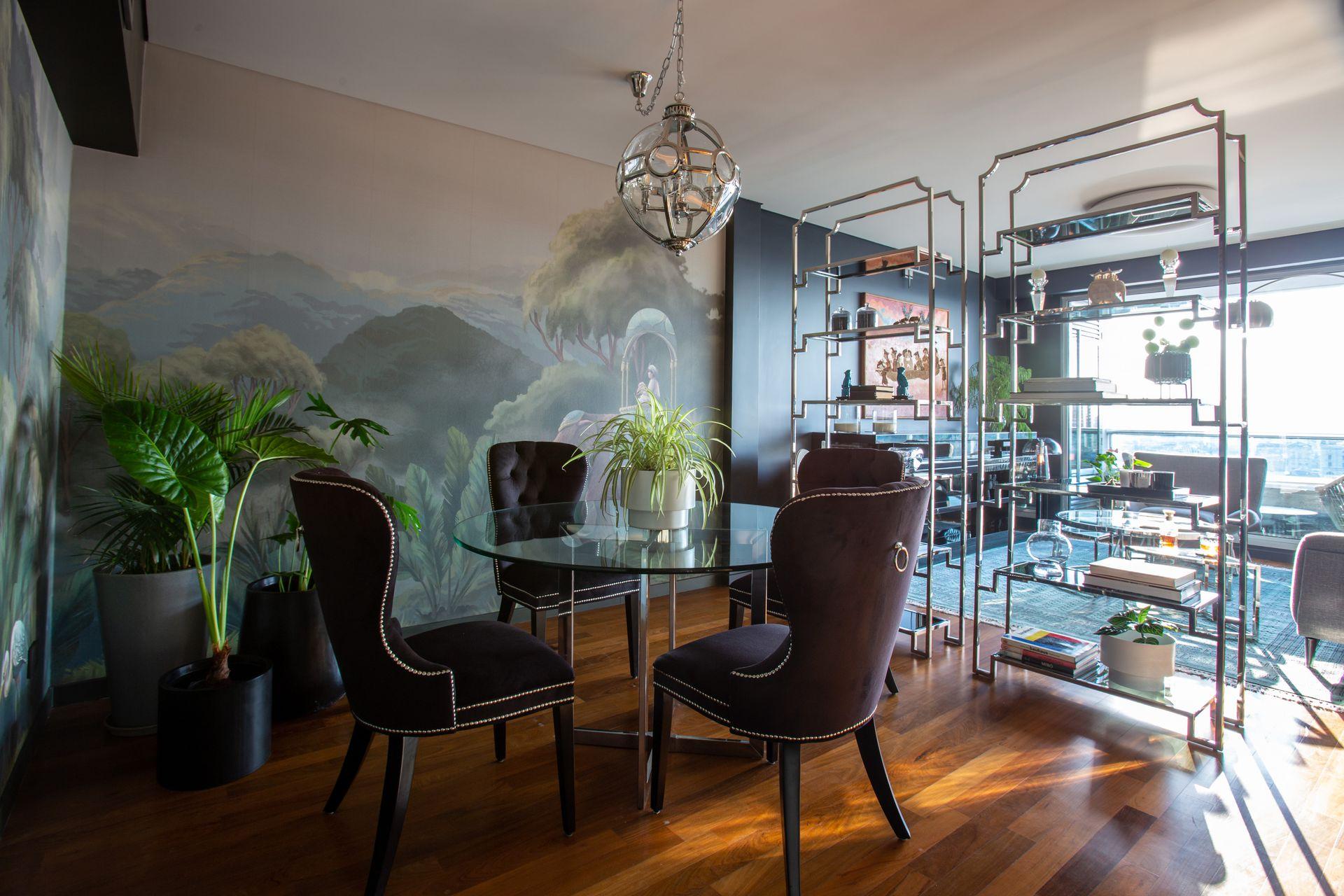 Un departamento ambientado con plantas por Ciudad Naturaleza, donde la temática botánica también está presente en el mural.