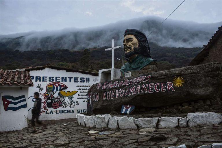 La escuela de La Higuera donde fue asesinado el Che Guevara es hoy un museo con estatua y murales