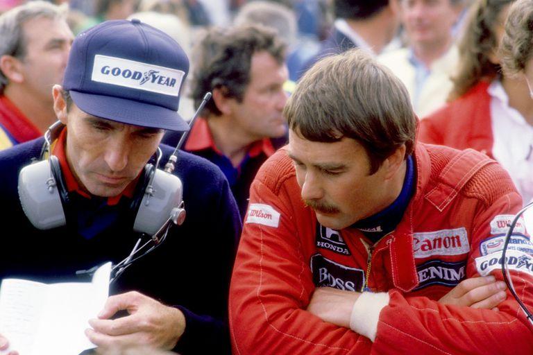 La fórmula británica que arrasó en 1992: Frank Williams analiza los datos con Nigel Mansell; el piloto celebró 28 de sus 31 victorias en el Gran Circo con el equipo de Grove