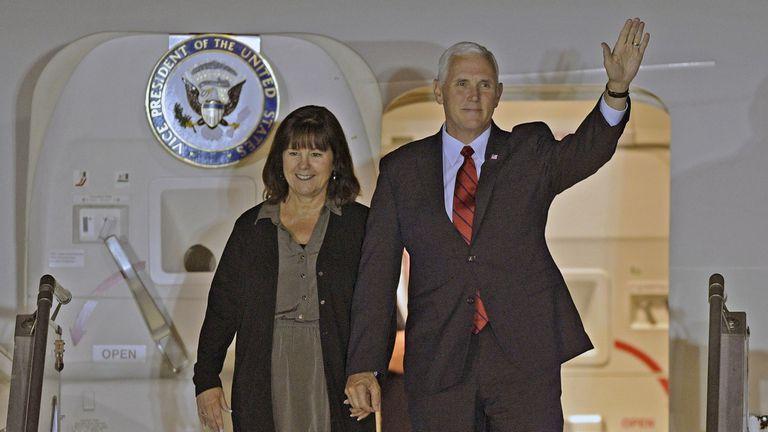 Mike Pence arribó a noche a Buenos Aires, acompa?ado de su esposa