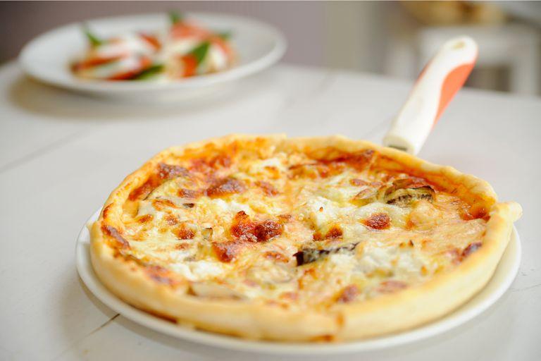 Pizza de queso de cabra e hinojos