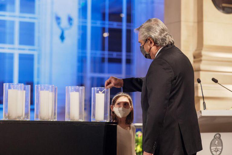 El presidente Alberto Fernández en el acto de homenaje a las víctimas del Covid-19, que ya están a punto de alcanzar las 100.000 en la Argentina