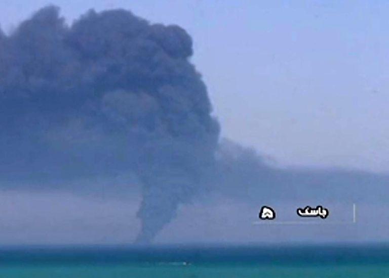 Una transmisión de Radiodifusión de Irán capturó el humo saliendo del barco de la armada de suministros Kharg