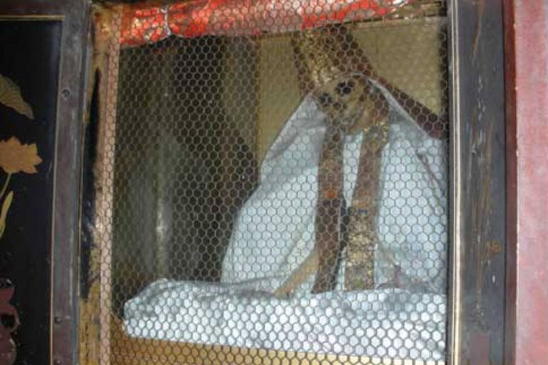 El monje Hon Akemi alcanzó la budeidad en el año 1683 y hoy se encuentra en el templo de Honmyogi, en Yamagata