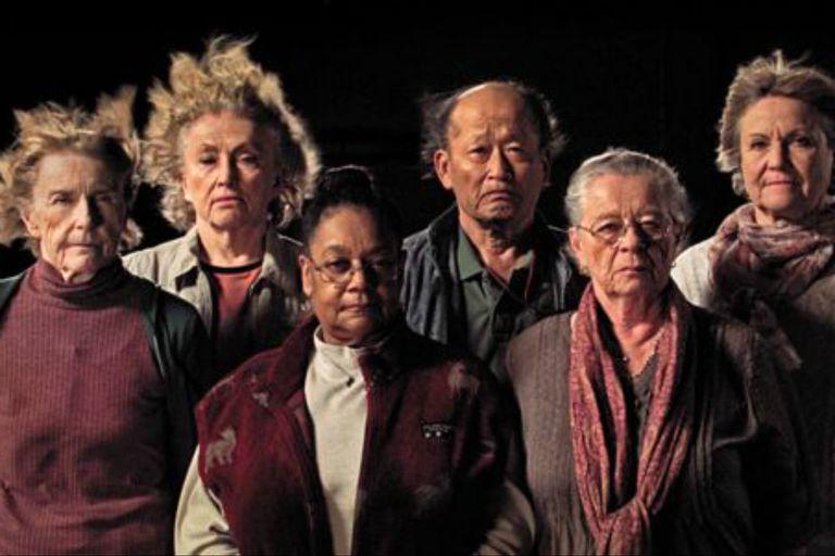 """Sobrevivientes del experimento (de izquierda a derecha): Mary Gidley, Edna Reves, Fé Seymour, Eisuke Yamaki, Maria Björnstam y Servane Zanotti, en el documental """"La Balsa"""" de Marcus Lindeen"""