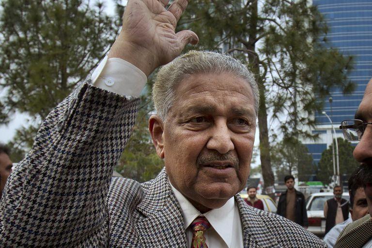 Abdul Qadeer Khan, impulsor del programa de armas nucleares de Pakistán, saluda a personas en Islamabad, el 26 de febrero de 2013. Khan murió el domingo 10 de octubre de 2021 después de una larga enfermedad. Tenía 85 años. (AP Foto/B.K. Bangash, File)