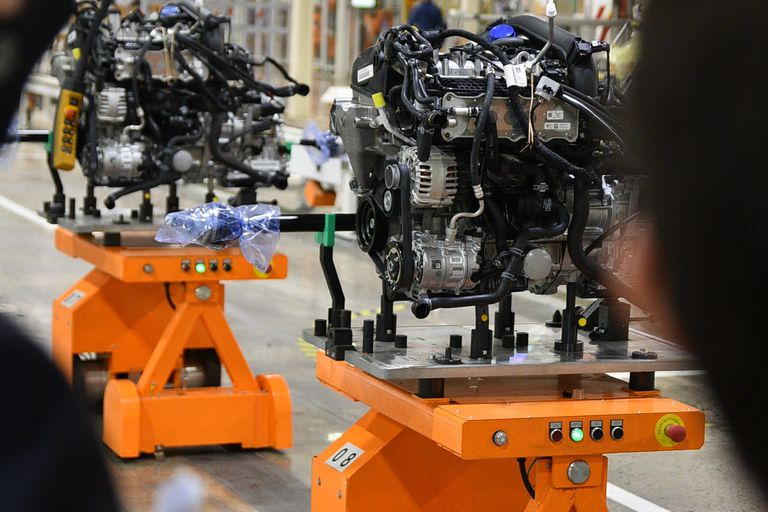 Los robots AGV que sirven para montar el grupo motopropulsor