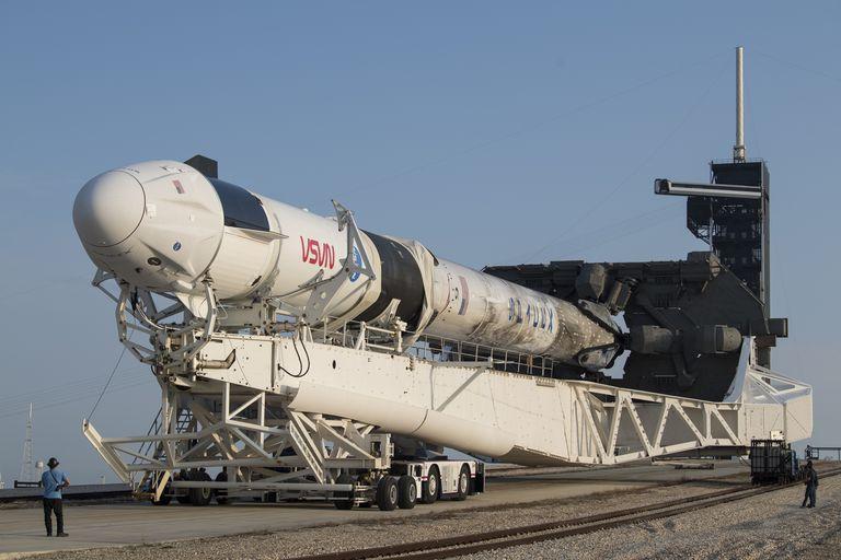 En esta foto del 16 de abril del 2021 proveída por la NASA se ve el cohete Falcon 9 de SpaceX en el Centro Espacial Kennedy, en Cabo Cañaveral, Florida, Estados Unidos.  (Aubrey Gemignani/NASA via AP)