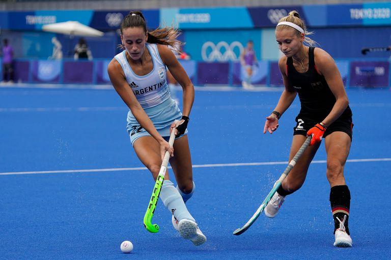 Eugenia Maria Trinchinetti lleva la bocha frente a Kira Horn durante el partido por cuartos de final de los Juegos Olímpicos Tokio 2020, que disputan Argentina y Alemania