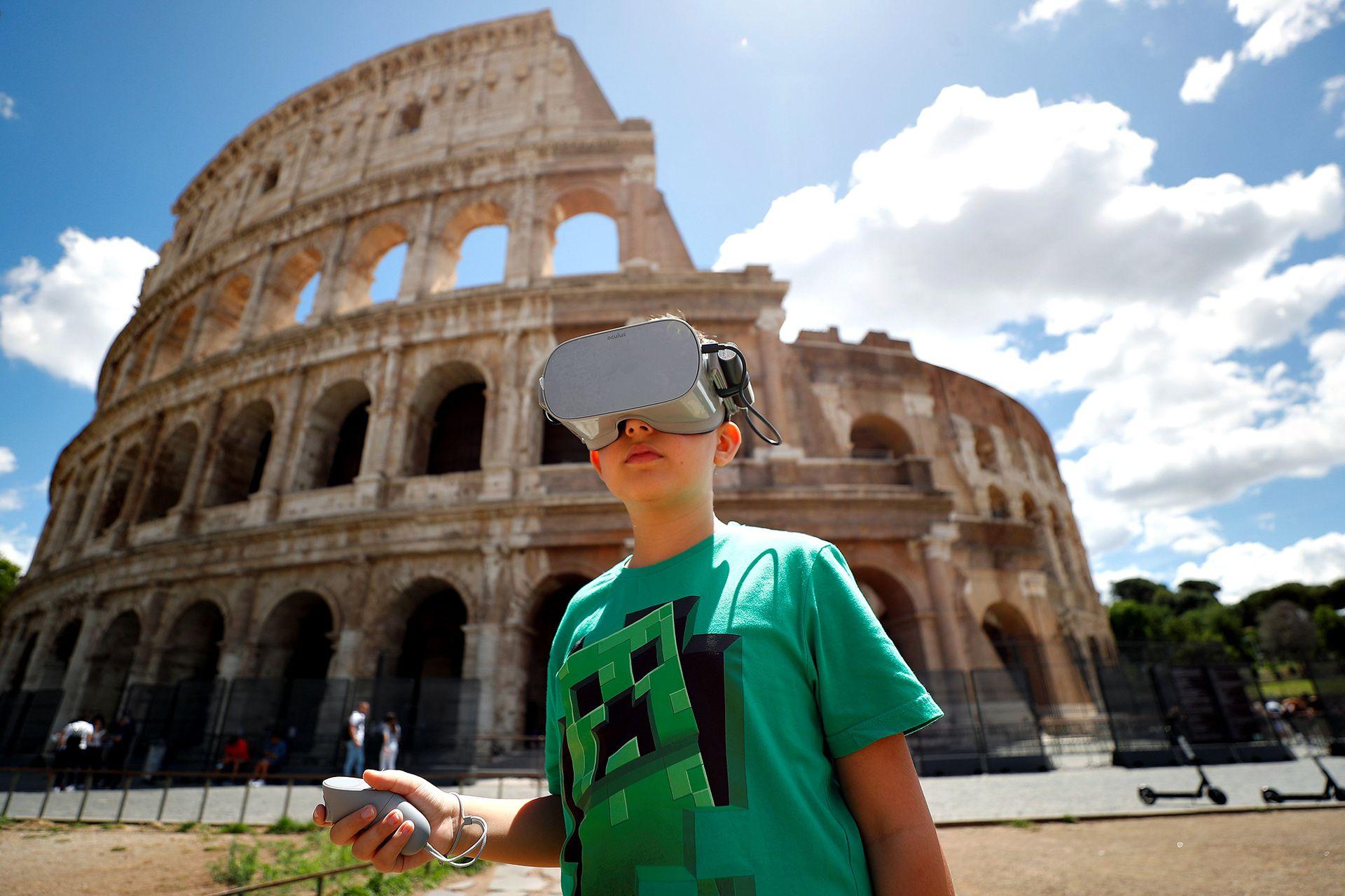 La vuelta al Coliseo. Los romanos aprovechan para visitar el imponente anfiteatro sin filas