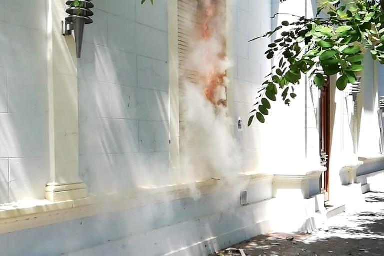 Un grupo antiminero atacó la gobernación de Chubut, incluyendo la oficina de Mariano Arcioni