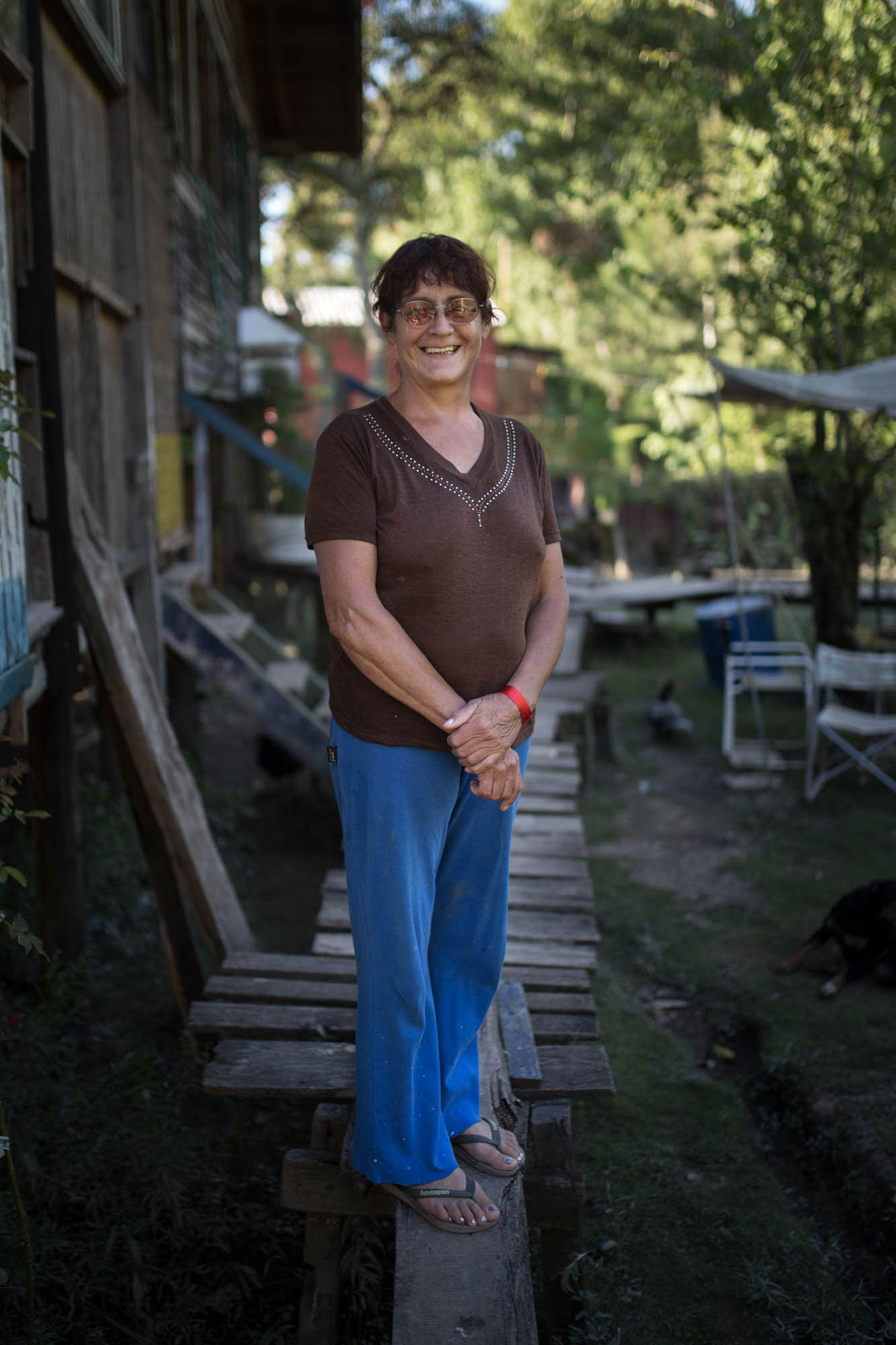 """Marta (54). Parquera, corta el pasto y arregla los jardines. """"Me gusta la paz y poder tener animales de granja, gallinas, cerdos."""""""
