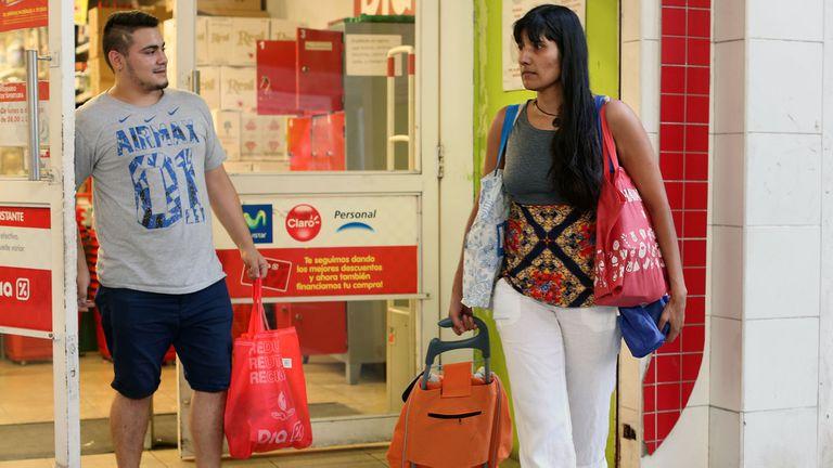 Quiénes ganan y quiénes pierden con la prohibición de las bolsas plásticas en los comercios