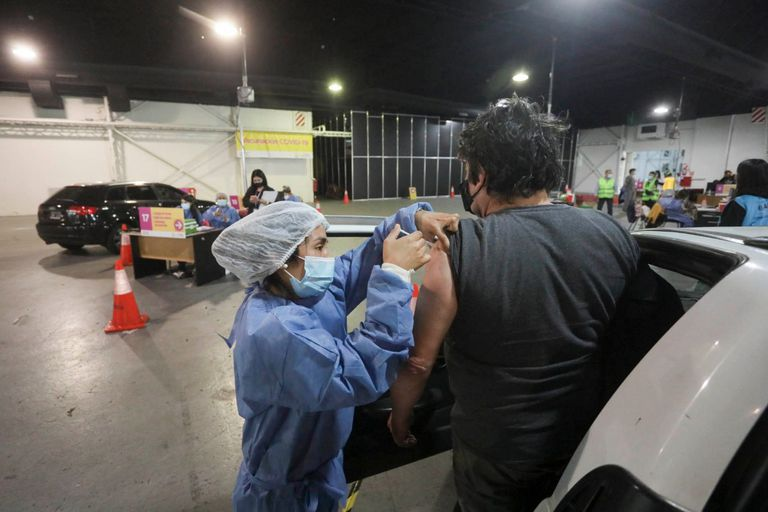 Vacunación contra el coronavirus en Costa Salguero, durante la prueba piloto de la nueva posta