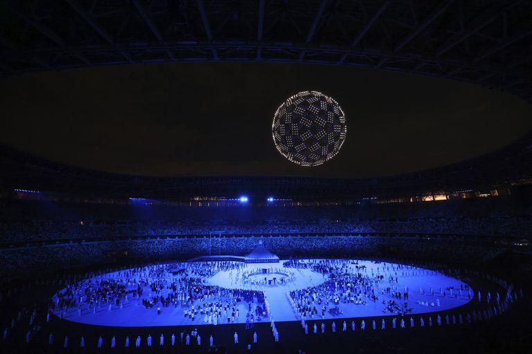 Los drones forman un globo durante la ceremonia de apertura en el Estadio Olímpico de los Juegos Olímpicos.