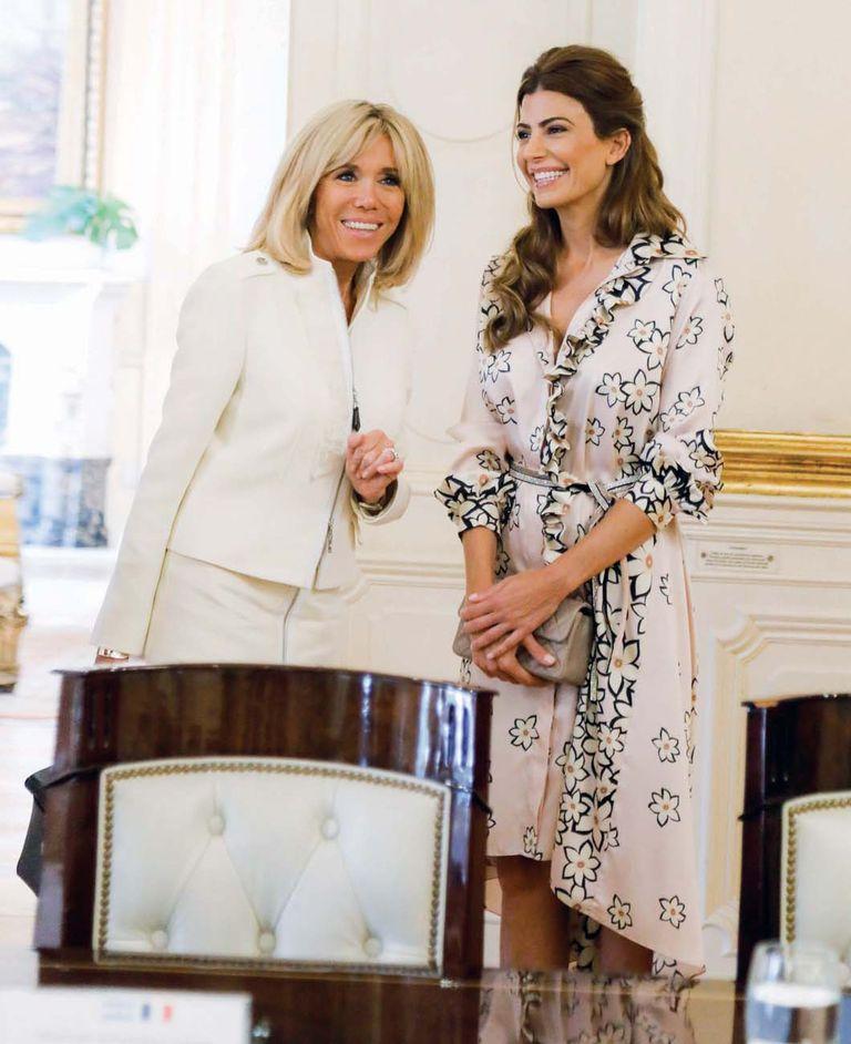 """El jueves el presidente argentino recibió a los Macron en Casa de Gobierno. Las primeras damas fueron embajadoras de la moda de sus países: Brigitte Trogneux usó un tailleur de Vuitton mientras que Juliana Awada eligió un """"chemise"""" de twill de seda natural estampado de Evangelina Bomparola."""