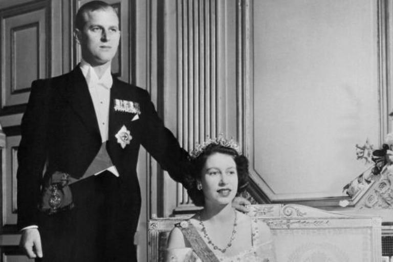 Príncipe Felipe y Reina Isabel II en el Palacio de Buckingham, en 1948