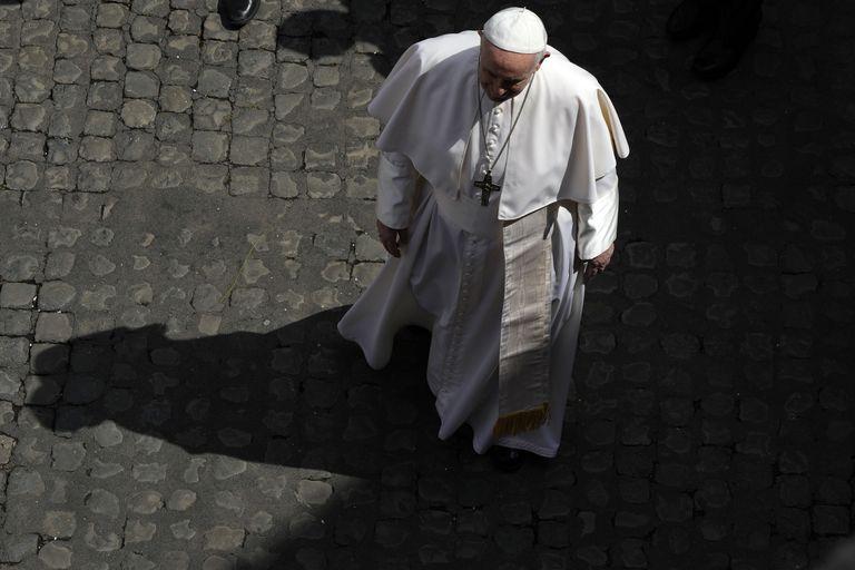 El papa Francisco camina durante su audiencia semanal por el patio de San Damaso, en el Vaticano, el 9 de junio de 2021. (AP Foto/Alessandra Tarantino)