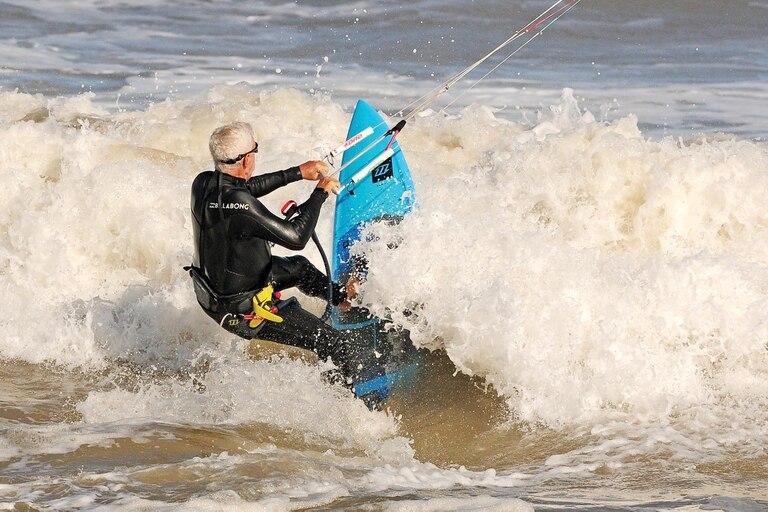 En muy buen estado físico, Eduardo enfrenta las olas