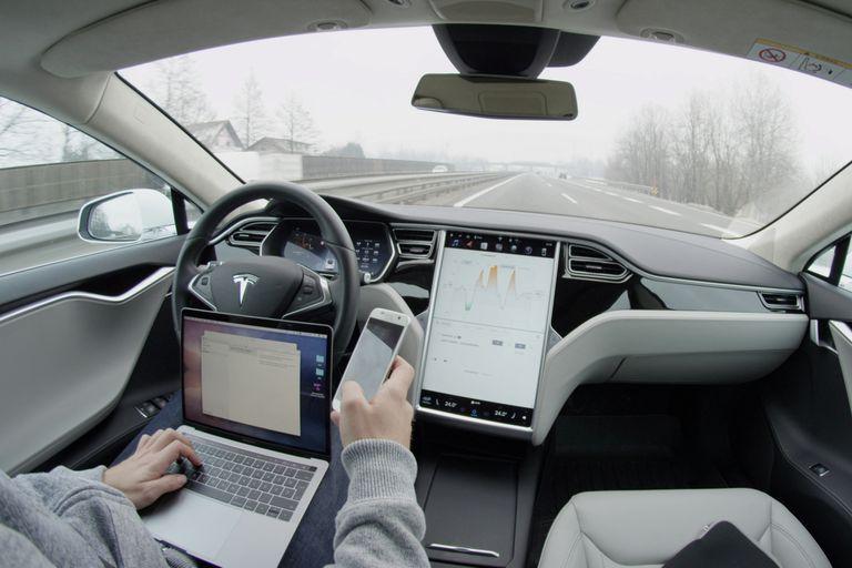 Un vehículo de Tesla con Autopilot, la función que permite un manejo semi autónomo, aún requiere de la atención del conductor para tomar el mando del volante