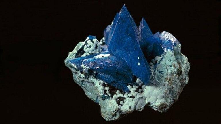 La liroconita es un mineral muy cotizado. Tiene cristales de la misma estructura que la kernowita, pero con un contenido de aluminio, en lugar de hierro, lo que produce un color diferente.
