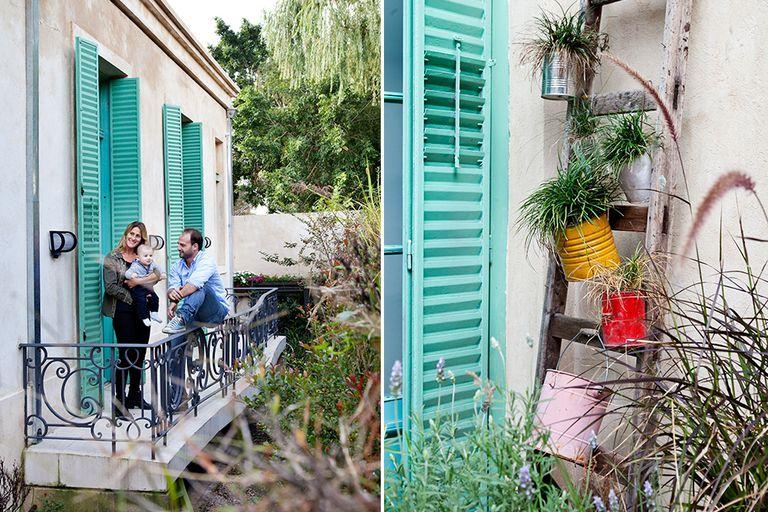 Francisco con su mujer y su hijo en el balcón con barandas compradas en lote