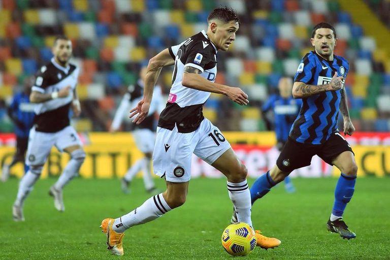 Molina controla la pelota ante Inter: está viviendo una primera gran temporada en Udinese de Italia.
